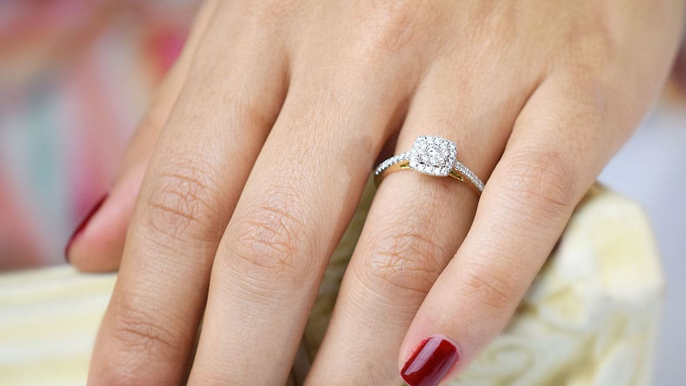 En que mano se usa el anillo de compromiso
